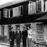 Studenten vor Wohnheim